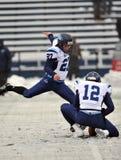 Le football 2011 de NCAA - donnant un coup de pied dans la neige Photographie stock libre de droits