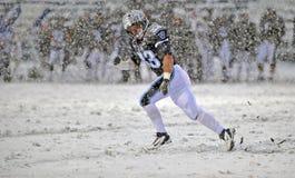 Le football 2011 de NCAA - exécutant dans la neige Photos libres de droits