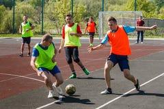 Le football amateur en Ukraine image libre de droits