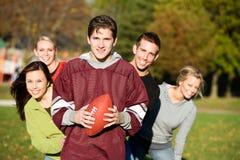 Le football : Amis du football ensemble en parc Photographie stock libre de droits