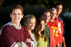 Le football : Amis prêts à jouer au football en parc Image stock