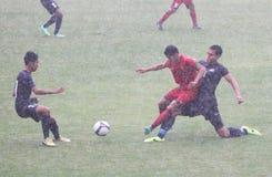 Le football au milieu de la pluie photos stock