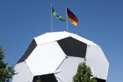 Le football avec l'Allemand et le drapeau du Brésil sur la coupe du monde supérieure de la FIFA 2014 Photos stock