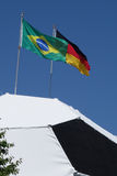 Le football avec l'Allemand et le drapeau du Brésil sur la coupe du monde supérieure de la FIFA 2014 Photo libre de droits