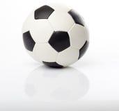 Le football avec la réflexion Photos stock