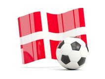 Le football avec le drapeau de ondulation du Danemark a isolé sur le blanc Image libre de droits