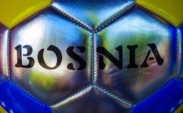 Le football avec le logo de la Bosnie imprimé sur le dessus Photo libre de droits