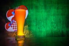 Le football 2018 Concept créateur Seul verre de bière avec de la bière sur prêt à servir à boire Soutenez votre pays avec le conc illustration stock