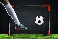 Le football Concept de championnat avec le footballeur Tir de gréviste sur le but image stock