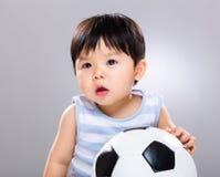 Le football d'amour de petit garçon Photos libres de droits