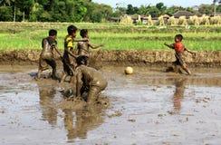 Le football dans la boue Photo stock