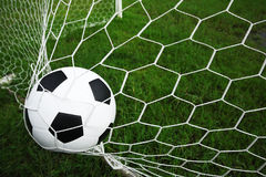 Le football dans le but. Photographie stock
