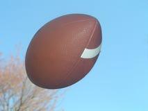 Le football dans le ciel Images libres de droits