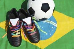 Le football de bonne chance rejette le drapeau brésilien de ballon de football de rubans de souhait photo libre de droits