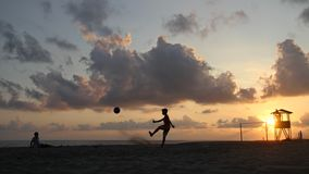 Le football de coucher du soleil Photographie stock
