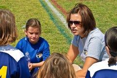 Le football de entraînement de filles de femme Photo libre de droits