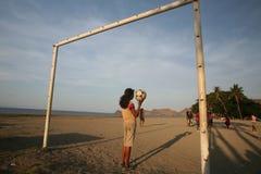 LE FOOTBALL DE FEMMES DE PLAGE DE L'ASIE TIMOR ORIENTAL TIMOR ORIENTAL DILI Images libres de droits