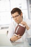 Le football de fixation d'homme d'affaires Image stock