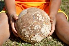 Le football de jeu Image stock