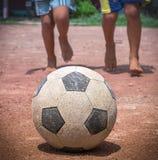 Le football de jeu Photo libre de droits
