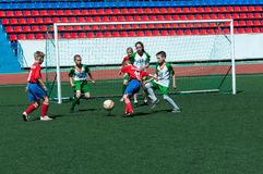 Le football de jeu d'enfants photo stock
