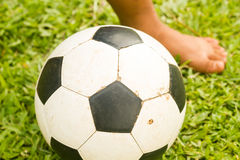 Le football de jeu dans le domaine d'herbe Images stock