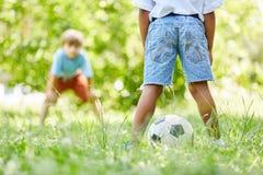Le football de jeu de deux enfants ensemble Images libres de droits