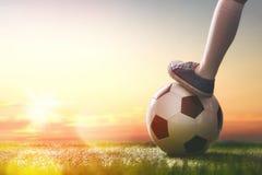 Le football de jeux d'enfant Photos stock