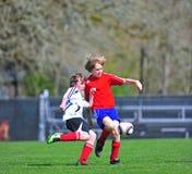 Le football de la jeunesse volent photographie stock