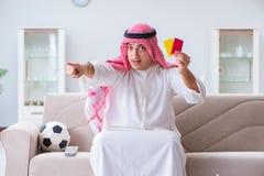 Le football de observation de sport d'homme arabe à la TV Photo stock