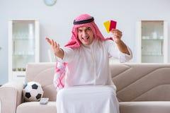 Le football de observation de sport d'homme arabe à la TV Photos stock