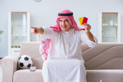 Le football de observation de sport d'homme arabe à la TV Image stock