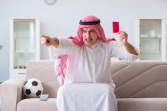 Le football de observation de sport d'homme arabe à la TV Images stock
