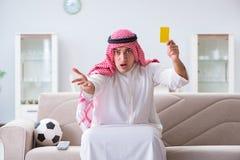 Le football de observation de sport d'homme arabe à la TV Photo libre de droits