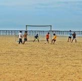 Le football de plage dans Alappuzha Image stock