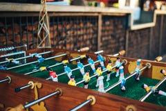 le football de table Joueurs d'équipe bleus et jaunes dans le football de table ou une partie de football de joueur image libre de droits