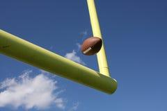 Le football a donné un coup de pied par les montants Images libres de droits