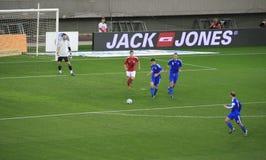 le football du Danemark Grèce contre Image stock