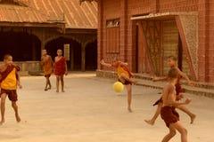 LE FOOTBALL DU FOOTBALL DE L'ASIE MYANMAR NYAUNGSHWE Photos stock
