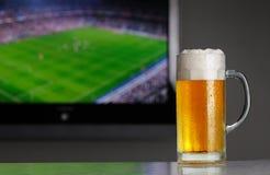 Le football et bière Images stock