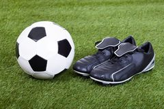 Le football et crampons sur The Field Image libre de droits