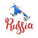 Le football et la Russie Joueur donnant un coup de pied une boule sur le fond de lettrage de la Russie Illustration plate de vect illustration stock