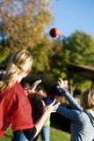 Le football : Femme prête à attraper la boule Images libres de droits