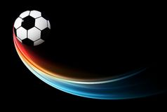 Le football flamboyant volant/ballon de football avec la flamme bleue Image libre de droits