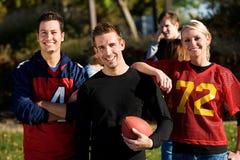 Le football : Groupe d'amis du football prêts à jouer Images libres de droits