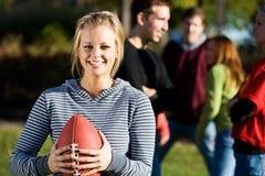 Le football : La fille mignonne tient le football Photo libre de droits