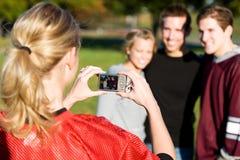 Le football : La fille prend la photo des amis Image stock