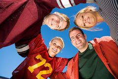 Le football : Le groupe d'amis se blottissent  Photographie stock libre de droits