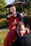 Le football : Le stratège a son oeil sur le joueur Photographie stock libre de droits