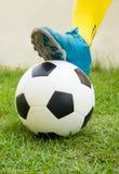 Le football ou ballon de football au début d'un jeu images stock